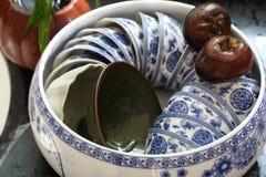 Dos castañas de agua y un pote de la taza de té Imagen de archivo libre de regalías