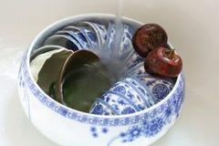 Dos castañas de agua y un pote de la taza de té Imagen de archivo