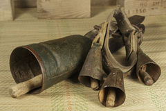 Dos cencerros viejos de diversos tipos Fotografía de archivo