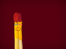 Dos cepillos coloreados con sonrisa celebran un hogar y besarse Foto de archivo