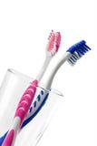 Dos cepillos de dientes en vidrio Foto de archivo