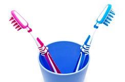 Dos cepillos de dientes en vidrio Imagen de archivo libre de regalías