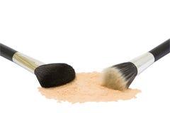 Dos cepillos del maquillaje con el polvo aislado Imágenes de archivo libres de regalías