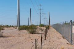 Dos cercas que funcionan con paralelo a través del desierto imágenes de archivo libres de regalías