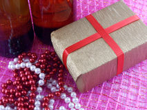 Dos champán o botella de vino lista para traer en el Año Nuevo, los diamantes de lujo y las cajas de regalo Imagenes de archivo