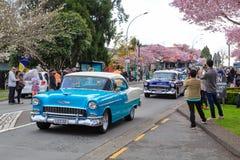 Dos 1955 Chevrolet Bel Airs en la calle imagen de archivo libre de regalías