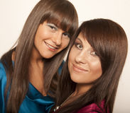 Dos chicas jóvenes atractivas Imagen de archivo libre de regalías