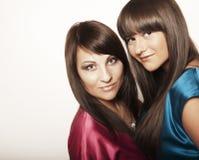 Dos chicas jóvenes atractivas Foto de archivo