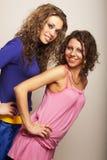 Dos chicas jóvenes atractivas imagenes de archivo