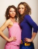 Dos chicas jóvenes atractivas Foto de archivo libre de regalías