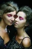 Dos chicas jóvenes atractivas delgadas hermosas Fotografía de archivo libre de regalías