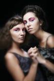 Dos chicas jóvenes atractivas delgadas hermosas Fotografía de archivo