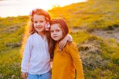 Dos chicas jóvenes bonitas Imágenes de archivo libres de regalías