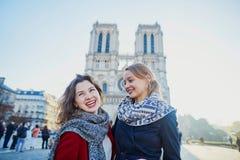 Dos chicas jóvenes cerca de Notre-Dame en París Fotos de archivo libres de regalías
