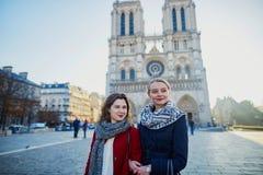 Dos chicas jóvenes cerca de Notre-Dame en París Fotografía de archivo libre de regalías