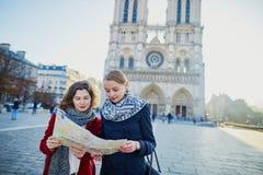 Dos chicas jóvenes cerca de Notre-Dame en París Imágenes de archivo libres de regalías