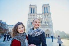 Dos chicas jóvenes cerca de Notre-Dame en París Fotos de archivo