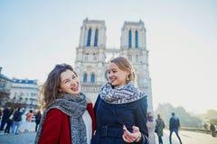 Dos chicas jóvenes cerca de Notre-Dame en París Foto de archivo libre de regalías