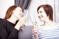 Dos chicas jóvenes con champán Foto de archivo libre de regalías