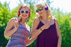 Dos chicas jóvenes con helado Foto de archivo
