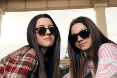 Dos chicas jóvenes con las gafas de sol Fotos de archivo libres de regalías