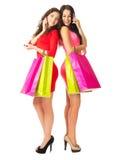 Dos chicas jóvenes con los teléfonos móviles y los bolsos Fotos de archivo