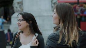 Dos chicas jóvenes en Londres - ciudad que hacen turismo almacen de video