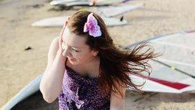 Dos chicas jóvenes felices se divierten en sonrisa de la playa arenosa Día asoleado Vacaciones almacen de metraje de vídeo