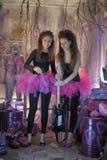 Dos chicas jóvenes hermosas con la guitarra eléctrica Foto de archivo
