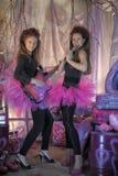 Dos chicas jóvenes hermosas con la guitarra eléctrica Fotografía de archivo libre de regalías