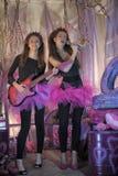 Dos chicas jóvenes hermosas con la guitarra eléctrica Imagen de archivo