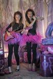 Dos chicas jóvenes hermosas con la guitarra eléctrica Imagen de archivo libre de regalías