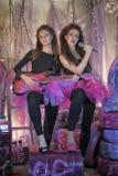 Dos chicas jóvenes hermosas con la guitarra eléctrica Imagenes de archivo