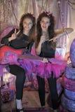 Dos chicas jóvenes hermosas con la guitarra eléctrica Foto de archivo libre de regalías