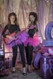 Dos chicas jóvenes hermosas con la guitarra eléctrica Fotos de archivo libres de regalías