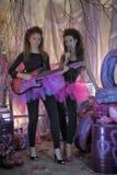 Dos chicas jóvenes hermosas con la guitarra eléctrica Imágenes de archivo libres de regalías
