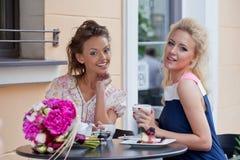 Dos chicas jóvenes hermosas en equipo del verano Foto de archivo libre de regalías