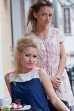 Dos chicas jóvenes hermosas en equipo del verano Imagenes de archivo