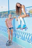 Dos chicas jóvenes hermosas en una piscina vacía Foto de archivo libre de regalías