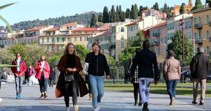Dos chicas jóvenes hermosas que hablan mientras que camina a través de parque almacen de metraje de vídeo