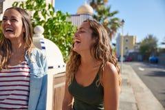 Dos chicas jóvenes hermosas que ríen incontrolable Fotos de archivo libres de regalías