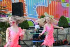 Dos chicas jóvenes que bailan junto baile con placer funcionamiento al aire libre de la danza foto de archivo libre de regalías
