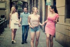 Dos chicas jóvenes que caminan en la calle urbana Imágenes de archivo libres de regalías
