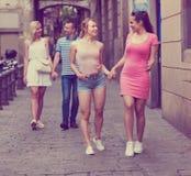 Dos chicas jóvenes que caminan en la calle urbana Foto de archivo libre de regalías