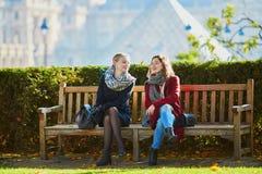Dos chicas jóvenes que caminan junto en París Foto de archivo libre de regalías