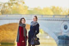 Dos chicas jóvenes que caminan junto en París Fotos de archivo libres de regalías