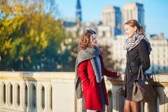 Dos chicas jóvenes que caminan junto en París Foto de archivo