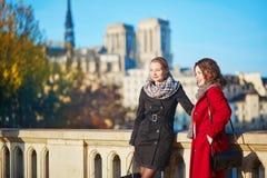 Dos chicas jóvenes que caminan junto en París Imagenes de archivo