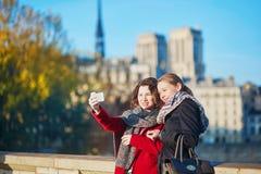 Dos chicas jóvenes que caminan junto en París Imagen de archivo libre de regalías