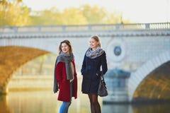 Dos chicas jóvenes que caminan junto en París Fotografía de archivo